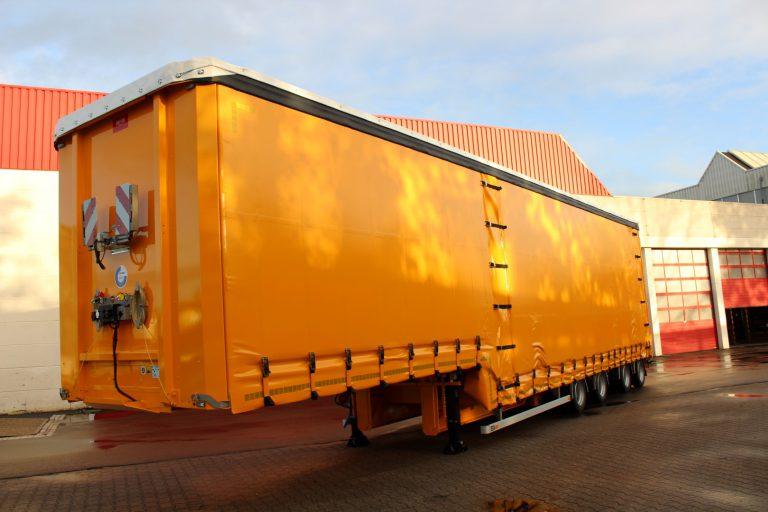 M.J. van Riel transportiert schwere Maschinen mit Floor Semitieflader