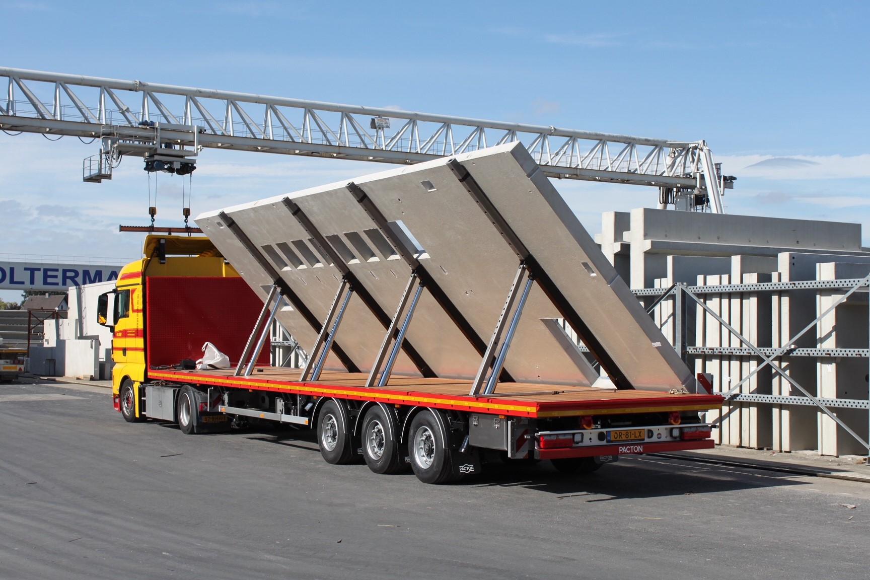 Vlakke Pacton-trailer met hydraulische schuinstelling voor Klomp Transport