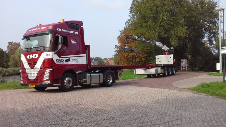 EXCEPTIONALLY MANOEUVRABLE CRANE SEMI-TRAILER FOR C.H. DEKKER
