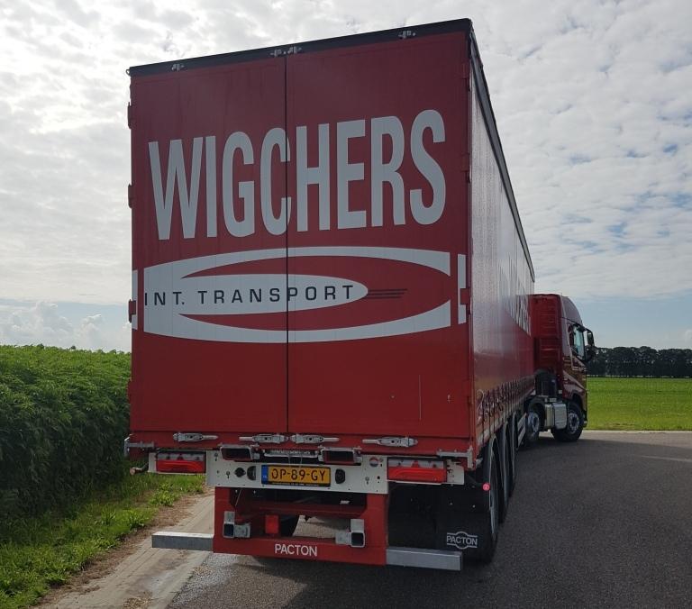 Vijf schuifzeilen/kooiaap trailers geleverd aan Wigchers Transport