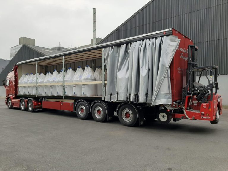 PACTON CURTAINSIDER WITH UNIQUE FORKLIFT ATTACHMENT FOR R. VAN DER WIJST TRANSPORT